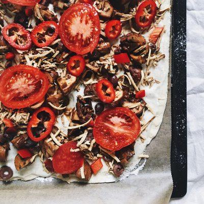 Bijela pizza sa dinstanim gljivama, dimljenim tofuom, crnim maslinama, crvenom paprikom i paradajzom
